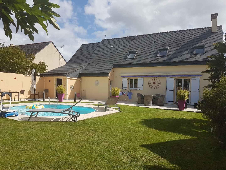 SEICHES SUR LE LOIR : Maison de 2001 sur jardin paysagé avec piscine chauffée, comprenant au...
